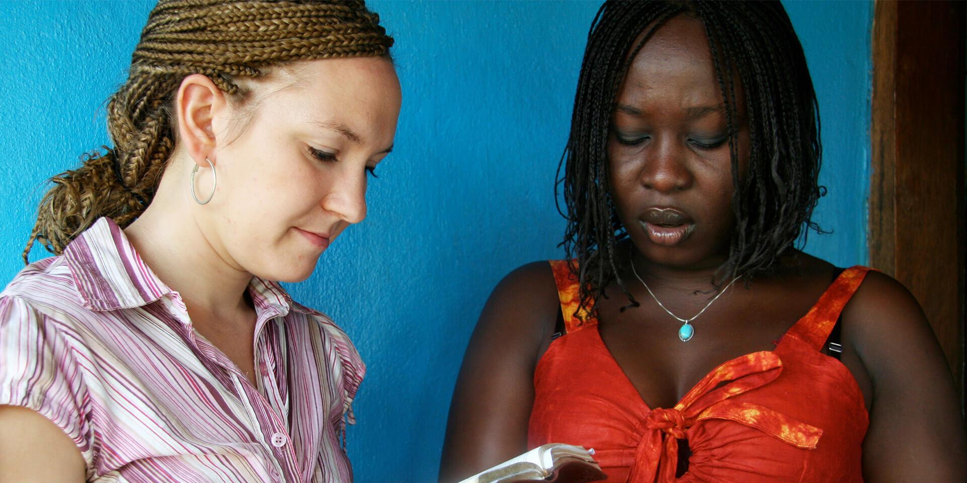 Zwei lesende Frauen multikulturell