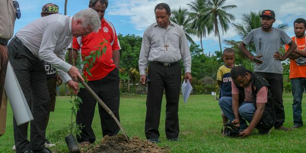 Landesbischof Heinrich Bedford-Strohm pflanzt einen Partnerschaftsbaum.,© Krafft