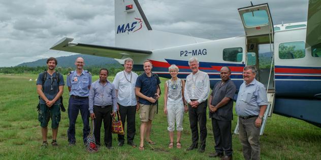Reisegruppe vor Mission Aviation Fellowship