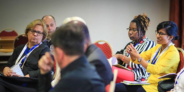 Diskussion in der Villagegroup, links Annekathrin Preidel,© LWB