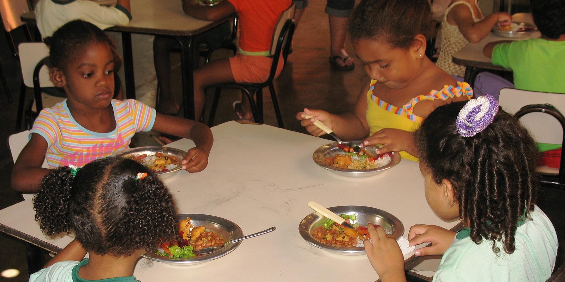"""Vier Mädchen an einem Tisch in der """"Freundlichen Ecke"""" im Armenviertel., © Mission EineWelt"""